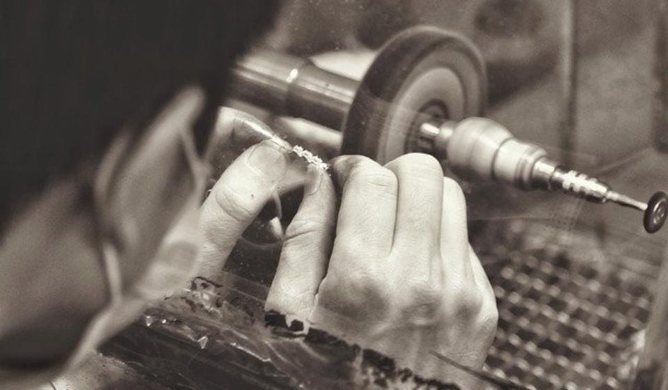 τεχνίτης που γυαλίζει το ασήμι